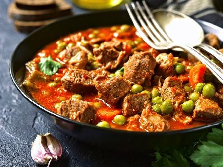 Яхния със свинско месо, грах, морков, лук, домати, чесън и копър - снимка на рецептата